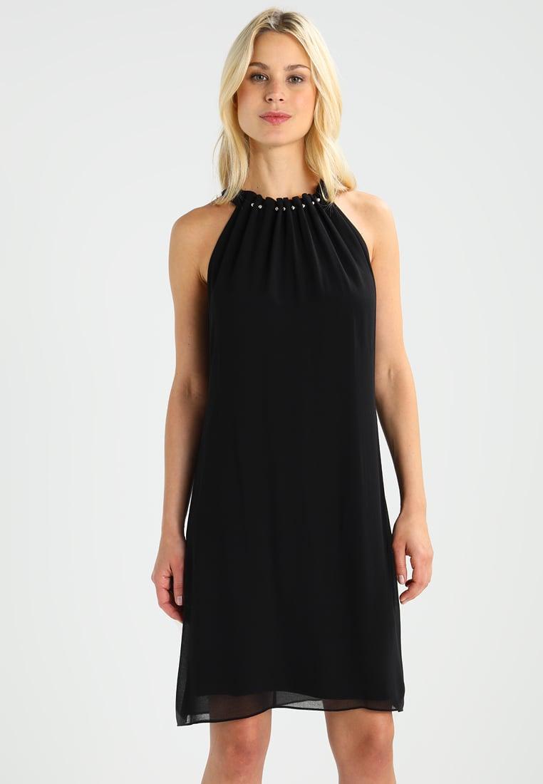 czarna sukienka z odsłoniętymi ramionami