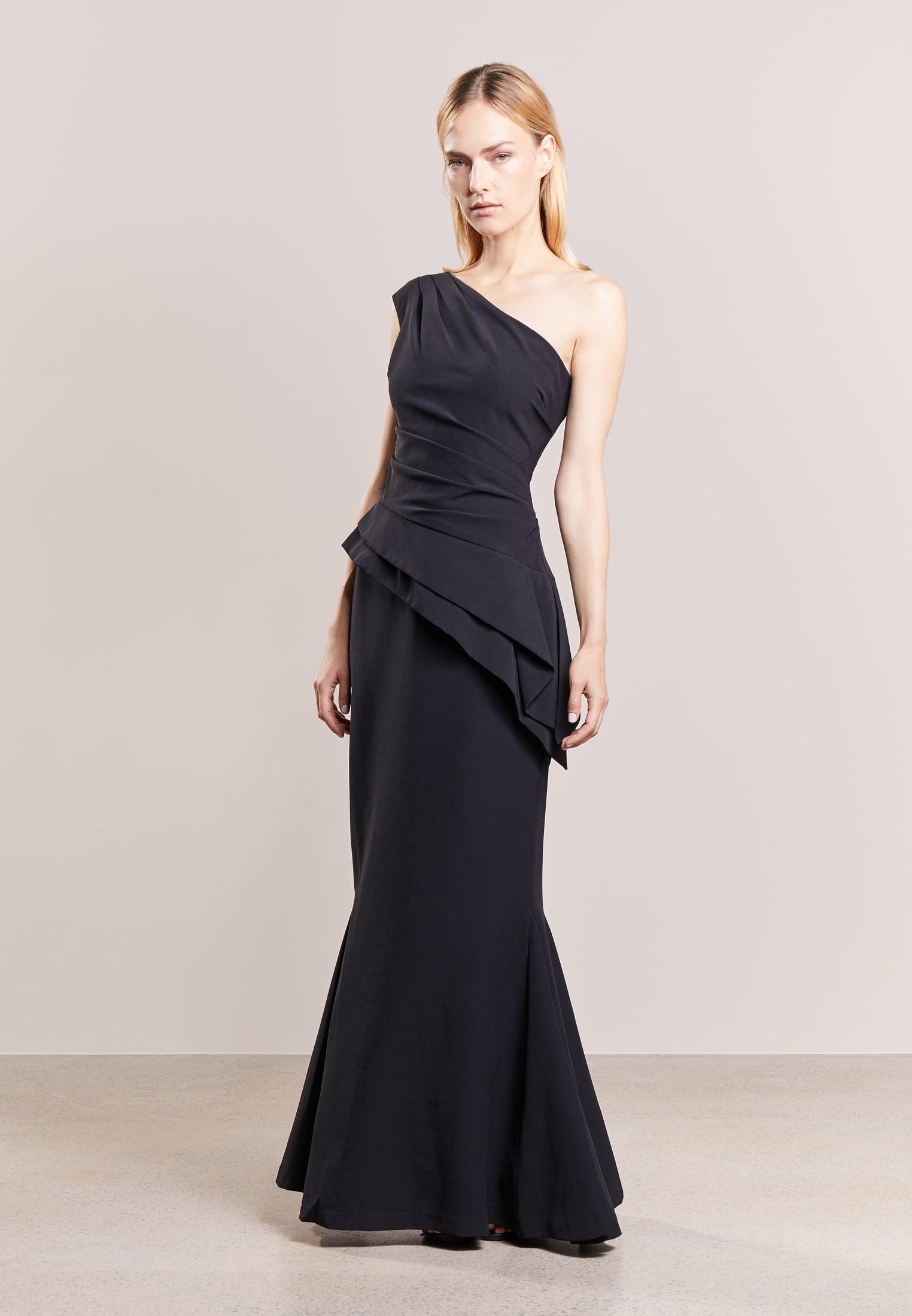 czarna suknia sylwestrowa na jedno ramię