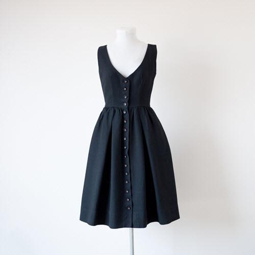 jakie dodatki do czarnej sukienki